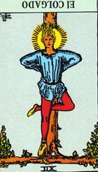 El Colgado está representado en un estado de inercia, el momento de la verdad cuando ha sido arrancado el velo del secreto. El hombre es incapaz de adoptar ninguna decisión. Los acontecimientos del pasado yacen como hipnotizados en la calma presente ante la cascada del futuro lejano.  <br><br> La lucha que le espera es ardua y cargada de sacrificio y de abnegación, pero no por ello conduce a la relación de las propias intenciones.  <br><br> Invertida: Se nos presentan grandes dificultades y obstáculos en nuestros proyectos, quizá uno de ellos y no de menor importancia sea nuestra negativa a hacer el esfuerzo necesario para poner mucho de nuestra parte.