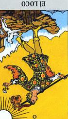 La figura del loco representa la curiosidad, la espontaneidad, la despreocupación en un individuo crédulo, ingenuo e infantil. <br><br> Expresa capacidad instintiva para provocar situaciones nuevas, pero sin un objetivo determinado y sin ningún criterio.  <br><br> Sea lo que sea, lo que haya emprendido, deberá ser muy prudente, la situación se presenta inestable y no muy bien definida.  <br><br>   Invertida: Nos advierte de una decisión errónea, tomada con precipitación, crecen las dudas, se carece de seguridad y puede que caigamos en un período de dejadez, de vacío espiritual, de bloqueo mental y por que no decirlo de locura.